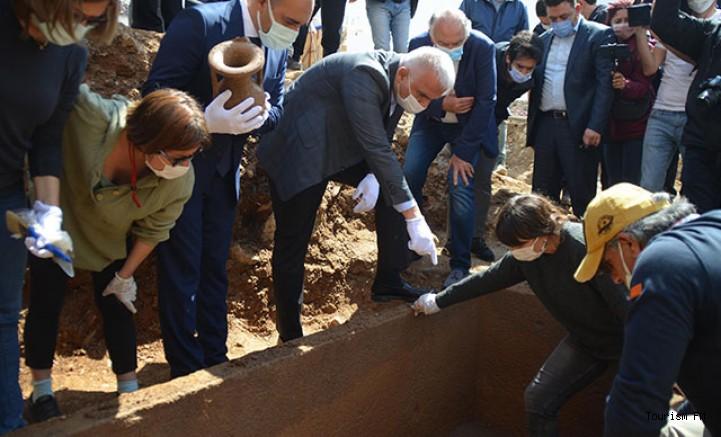2 bin 400 yıllık lahidin kapağı Bakan Ersoy tarafından açıldı! İşte içinden çıkanlar