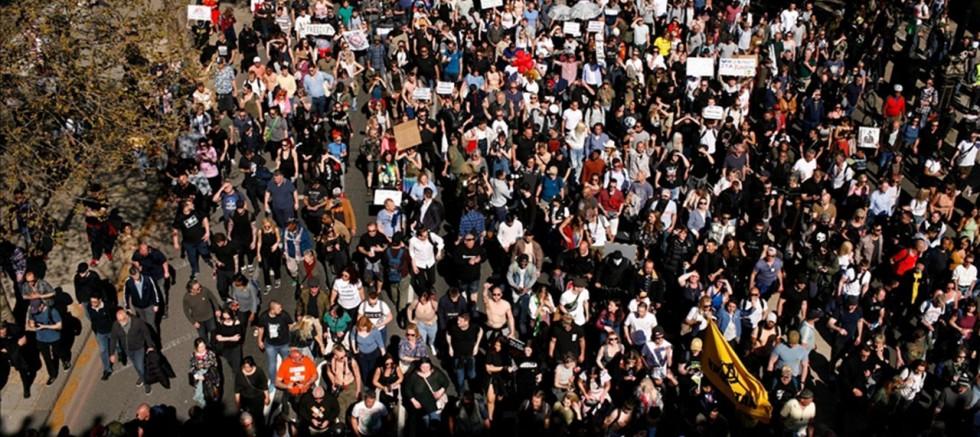 Binlerce kişi sokağa döküldü! Aşı pasaportu uygulamasını protesto ettiler
