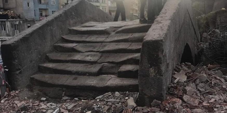 Dere yatağındaki otel yıkıldı, tarihi köprü ortaya çıktı